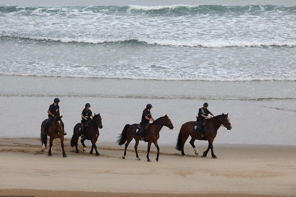 G7峰会进入最后一天 骑警海滩骑马巡逻