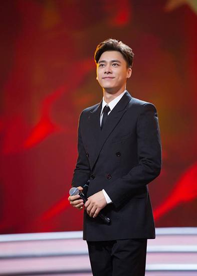 李易峰携新剧亮相百日展播活动高歌《红旗飘飘》