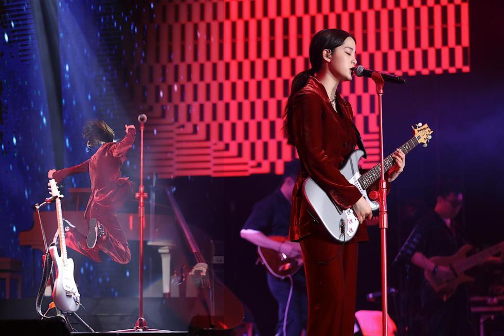 欧阳娜娜音乐会上海站开唱 演奏弹唱不断惊喜连连