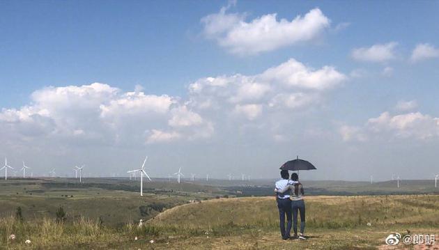 郎朗晒与老婆游草原背影照 不料是谁在撑伞引热议