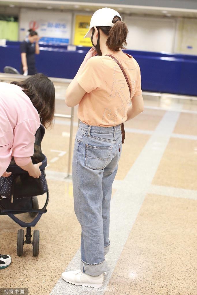 陈乔恩穿橘色T恤身材纤瘦苗条 爱犬享VIP待遇坐专车