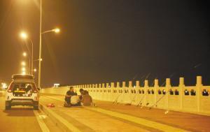 石家庄:市民在高架桥快速路上钓鱼乱停车安全隐患大