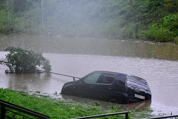 符拉迪沃斯托克因暴雨引发泥石流 道路一片泥泞