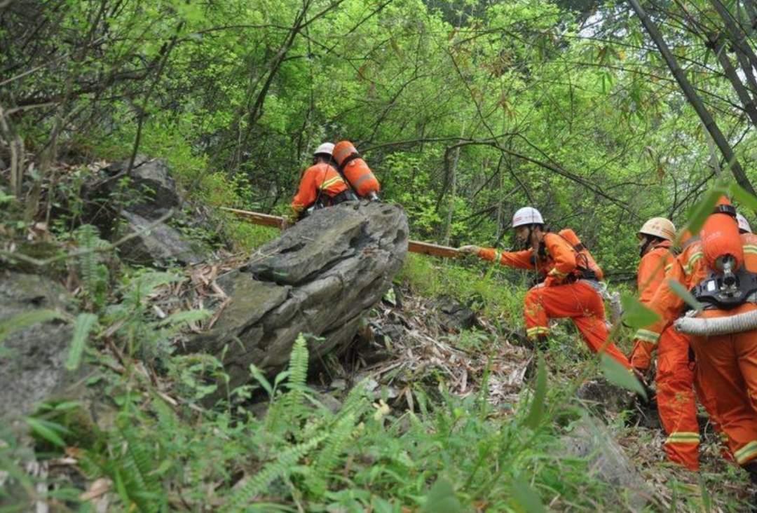 难过!2名深圳蓝天救援队队员救助坠崖驴友不幸牺牲