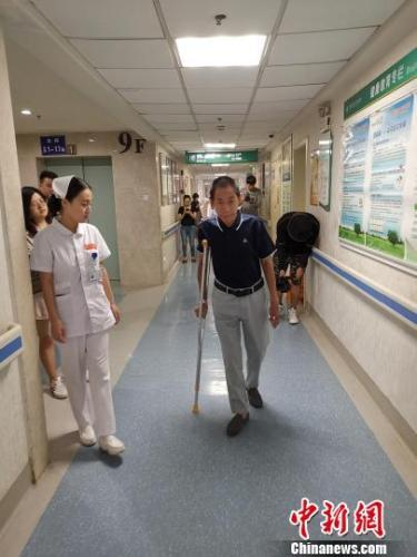 四川长宁地震重伤员康复出院:回去还要做凉糕