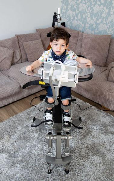 英3岁男童患罕见疾病 在机器帮助下实现独立行走