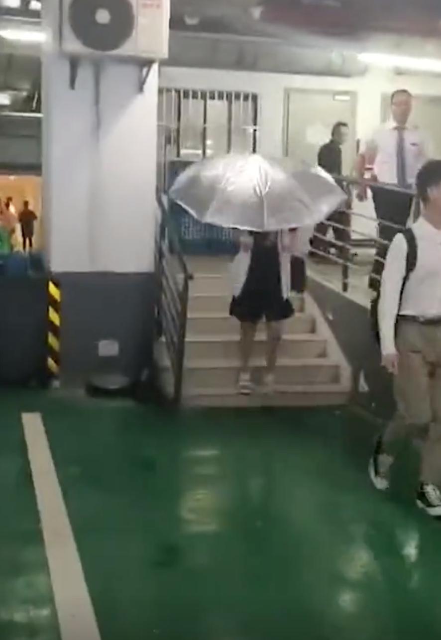 杨紫遇粉丝围堵 为防泄露新戏造型车库打伞