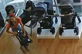 三妇女合力偷窃婴儿车却把孩子忘在商店