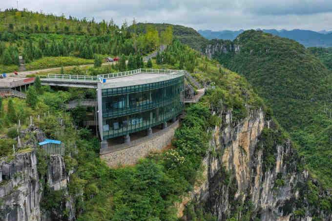 探访贵州嵌在百米悬崖上的熔岩美术馆