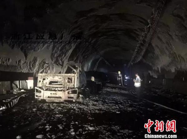 浙江高速公路隧道内货车起火事故:自燃后驾驶员未及时报警