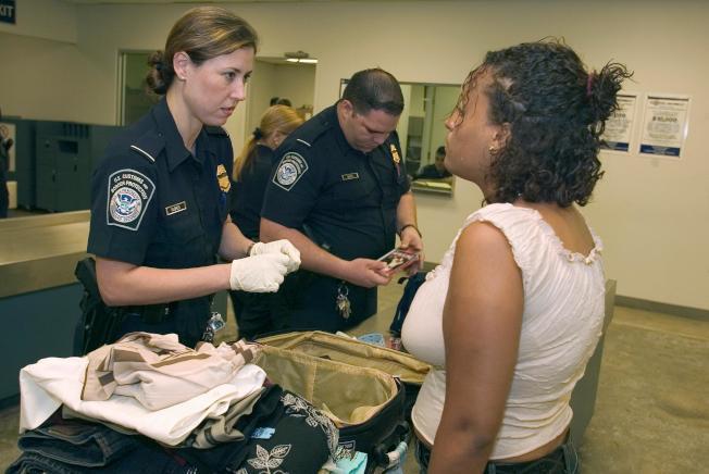 中国留学生携防弹衣入境美国 被注销签证并遣返