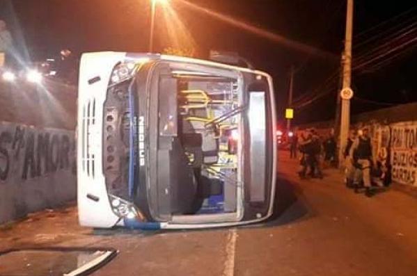 巴西里约一公交车侧翻 致14人受伤