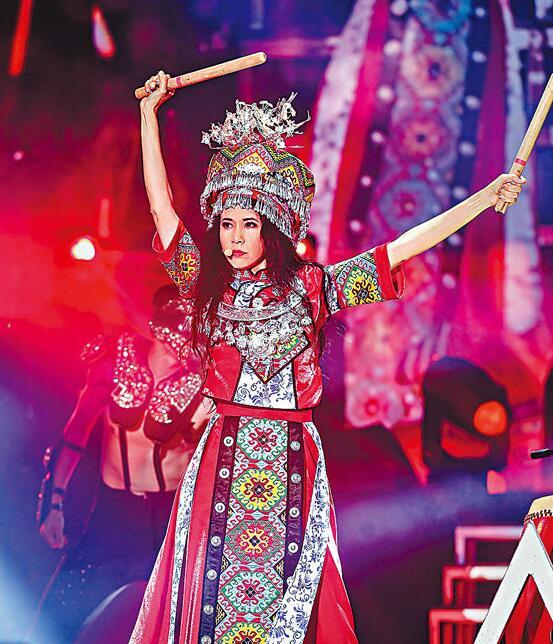 莫文蔚演唱会造型大变 身穿土家族服装民族气息浓