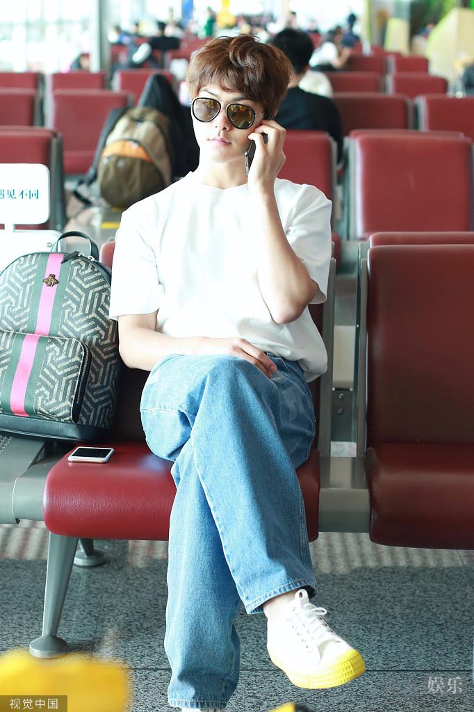 马天宇跷二郎腿打电话墨镜遮面似大佬