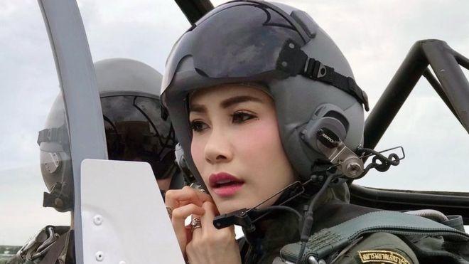 泰国罕见公布国王贵妃照片,宫廷网站被挤爆