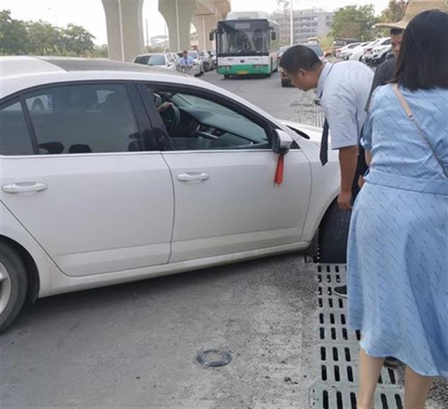 私家车陷入排水沟,武汉一站长招来众人10秒抬出车辆