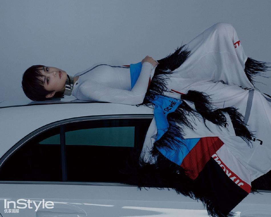 李宇春最新大片穿拼接长裙平躺车顶 眼神坚毅帅气冷