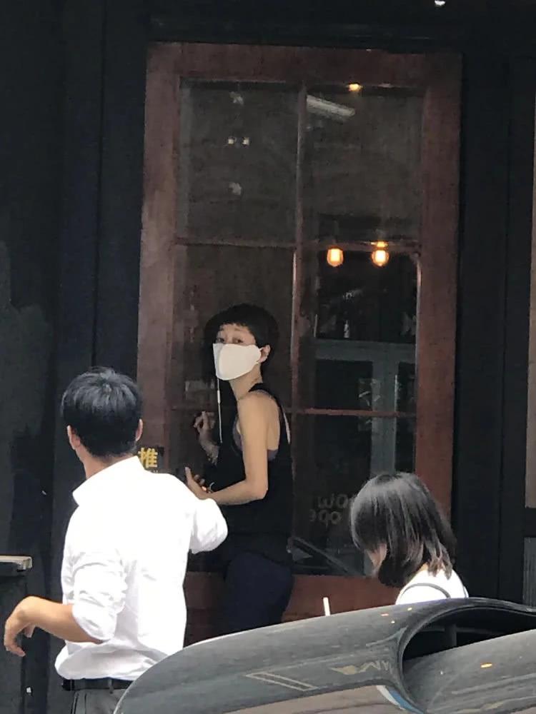 網友餐廳偶遇馬伊琍 戴巨大口罩穿黑色背心骨瘦如柴