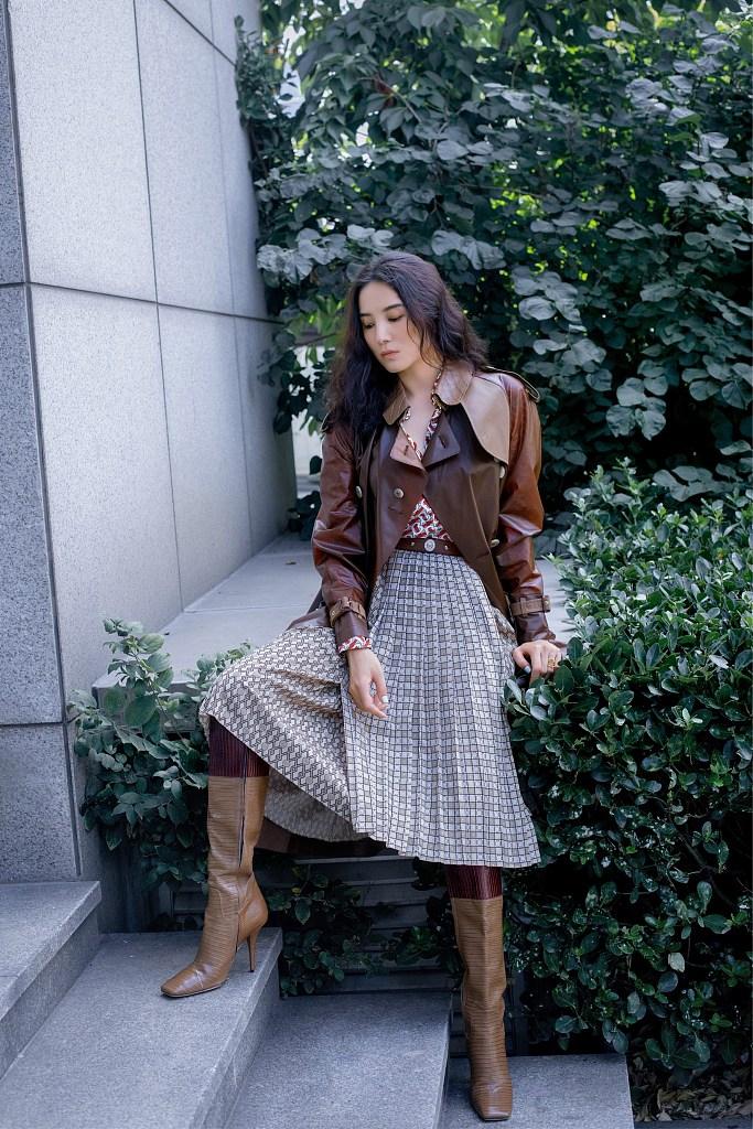 宋佳穿褐色長風衣帥氣隨性 表情冷艷造型復古文藝