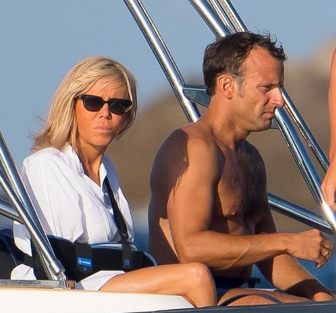 马克龙G7峰会前做什么?和妻子坐船划水晒太阳