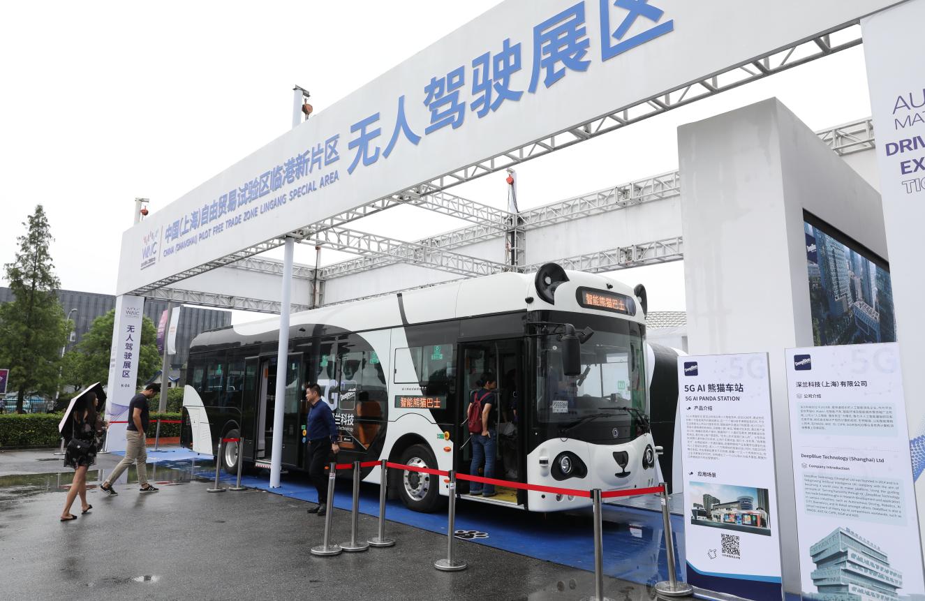 深兰熊猫公交车亮相世界人工智能大会 已获上海首张自动驾驶客车牌照