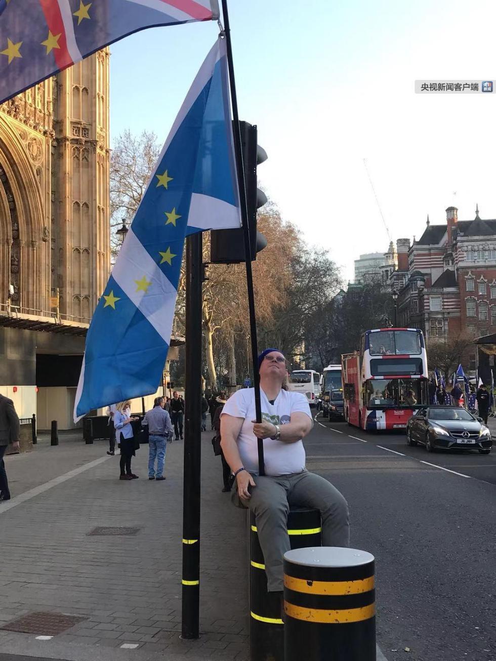 首相出狠招!英女王同意议会休会 英镑应声暴跌!