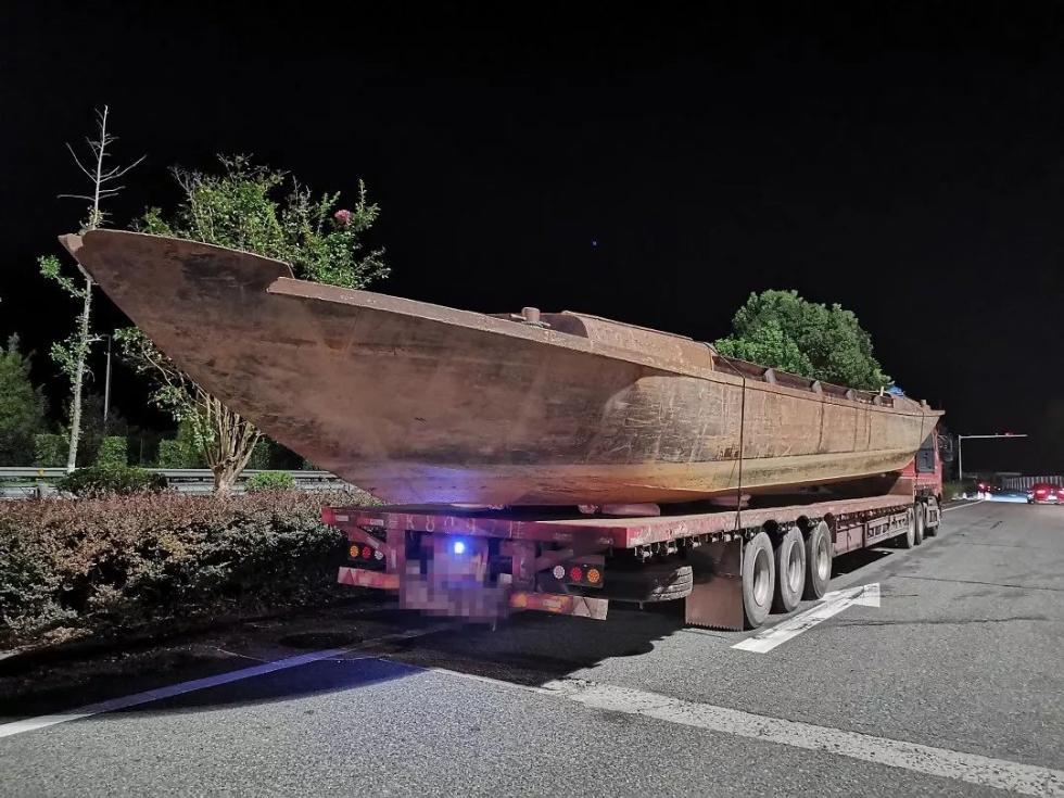 惊呆!浙江高速上,一艘长达24米的大船飞驰而来
