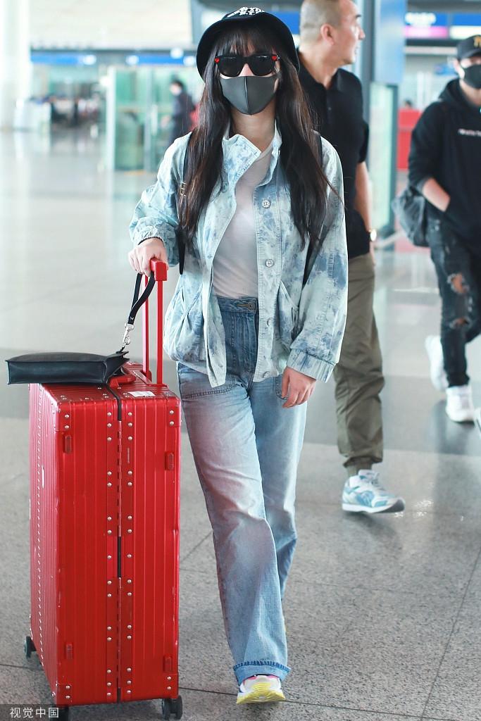 柳巖化身牛仔女郎時髦俏皮 自推超大行李箱女子力足