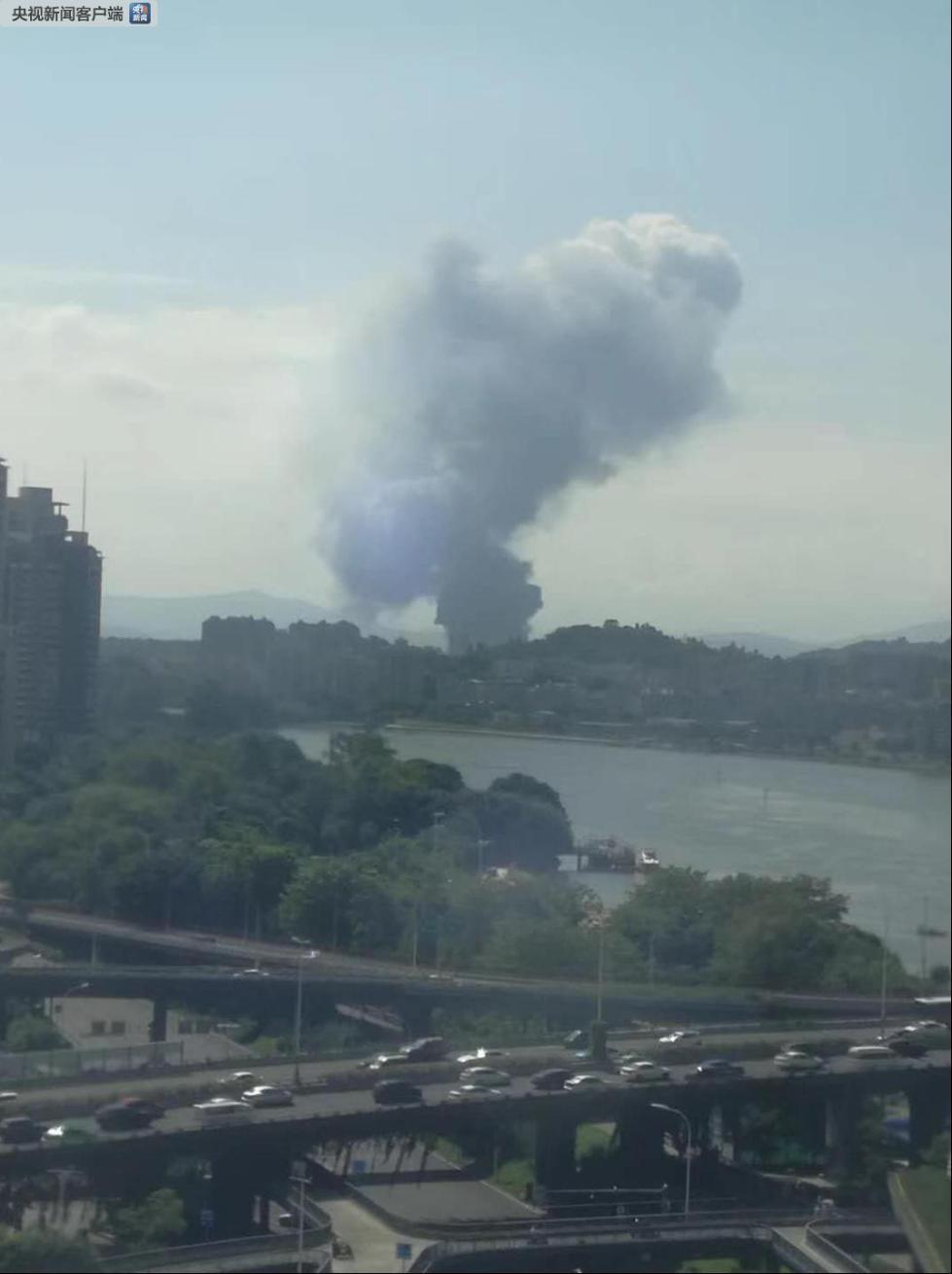 福建福州一鞋厂着火 近百名消防员扑救