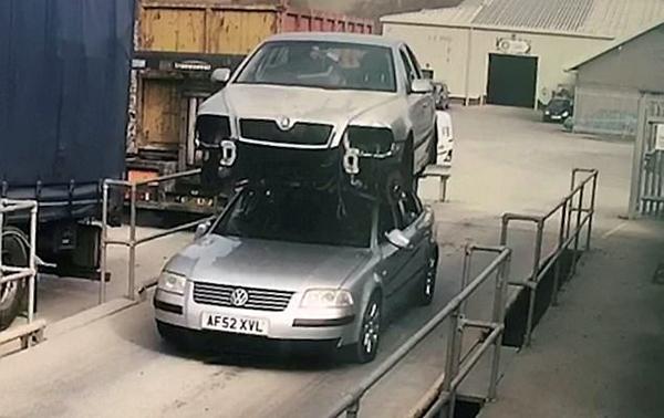 双层汽车?英一司机汽车顶上驮另一辆车行驶被罚