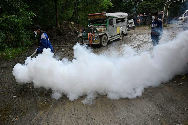 菲律宾村庄喷雾杀虫抑制登革热疫情蔓延