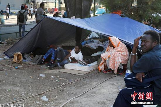 法国巴黎一公园难民营被拆除 上百人被分散安置