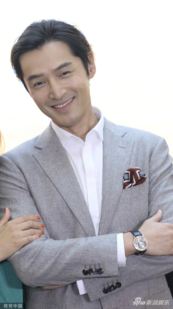 胡歌西裝筆挺風度翩翩 大方合影笑容燦爛紳士儒雅