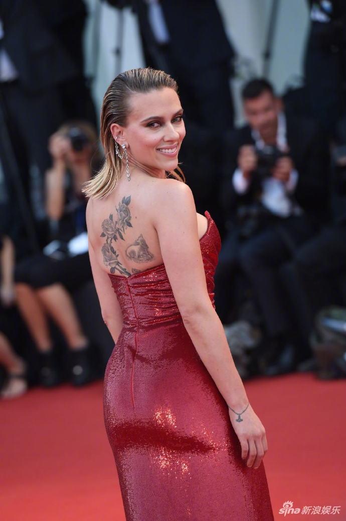 寡姐斯嘉麗高開衩裙亮相紅毯 露美背秀紋身