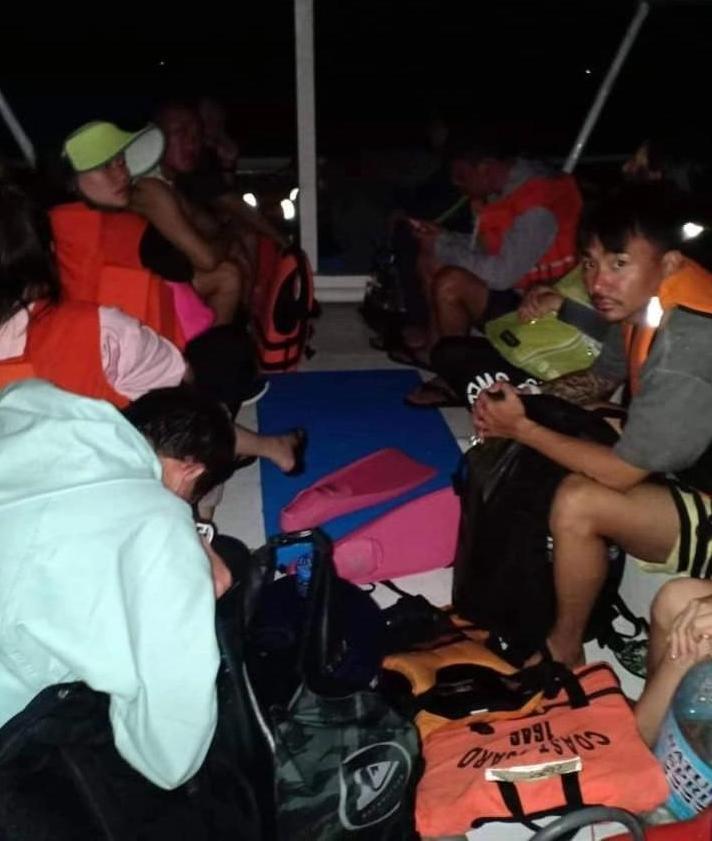 菲律宾海岸警卫队解救10名受困海上的中国游客