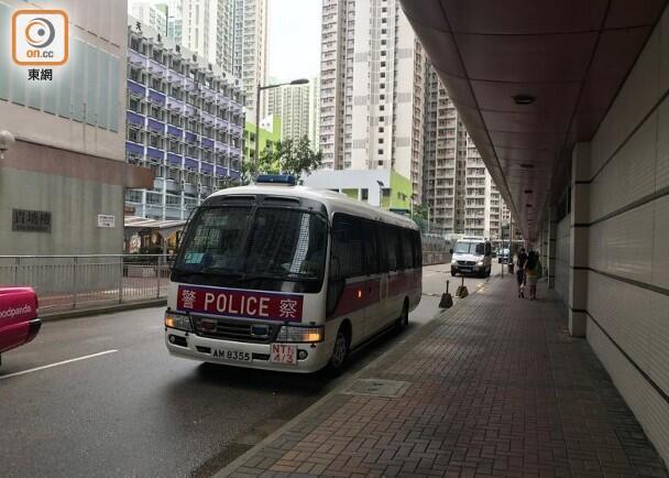 港警今晨再捕3名涉嫌藏攻击性武器男女,在其身上搜出口罩、面具、刀具...