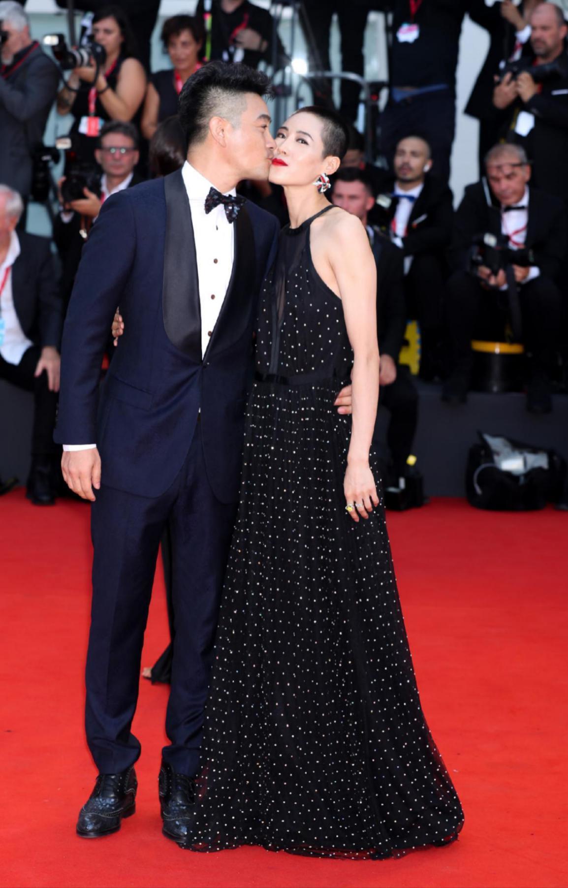 《我的英雄》威尼斯首映 樊昊仑景珂红毯贴面热吻