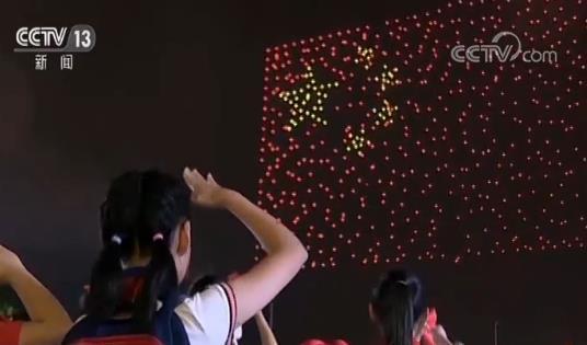 """超10万人共同见证!""""我和国旗同框"""" 999架无人机"""