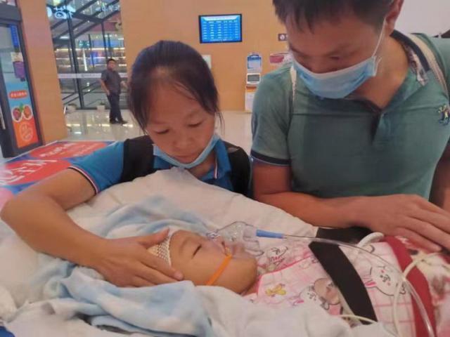 云南8岁危重患儿梦瑶今晚到京 请让出生命通道