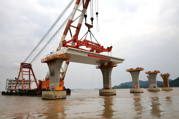 舟岱大橋海上互通段首片鋼箱梁成功架設