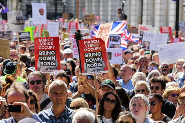 英国30多座城市爆发示威活动 抗议首相强令议会休会