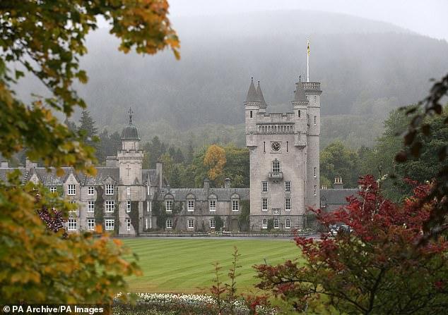 <b>英女王穿着低调在皇家城堡被游客搭讪:见过女王?她回:没见过</b>