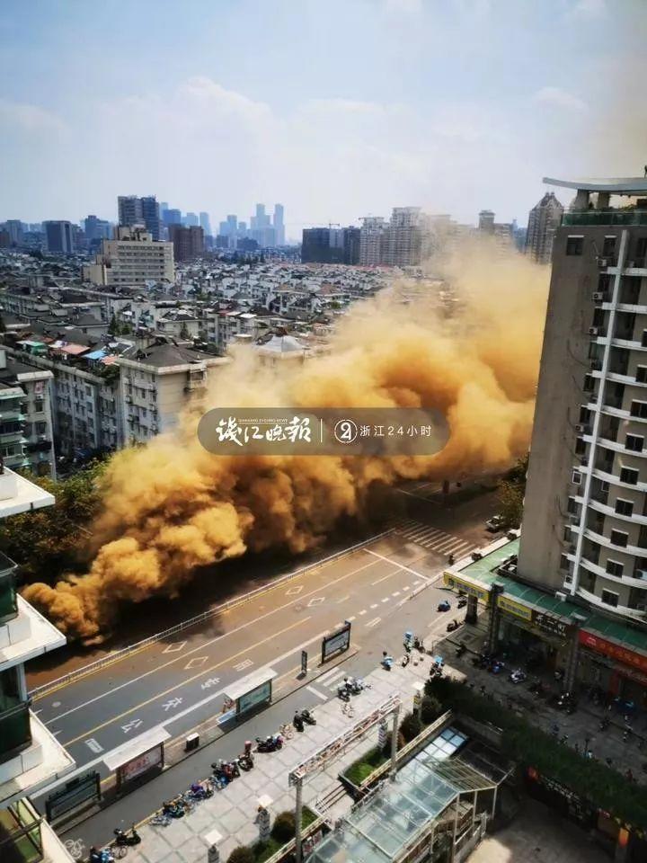 限时30分钟!杭州建国北路塌陷现场附近的部分居民进屋搬贵重物品