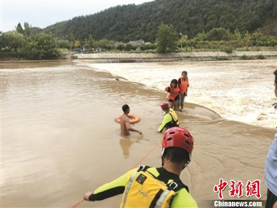 浙江衢州:河水暴涨多人被困 消防员齐腰激流中救人