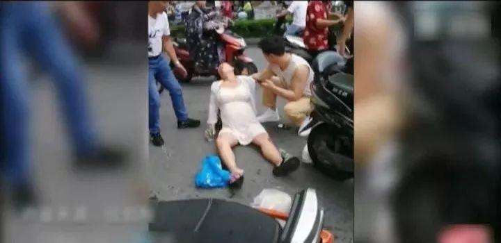 懷胎七月孕婦雨中騎車摔倒,之后的一幕讓人感動