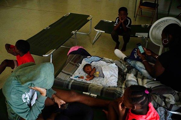 """五级飓风""""多里安""""登陆巴哈马 沿海居民撤离至避难所"""