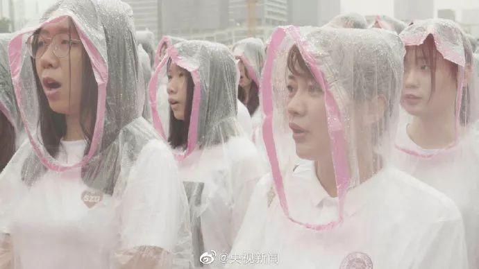 今天,中国高校3万师生冒雨升国旗唱国歌!