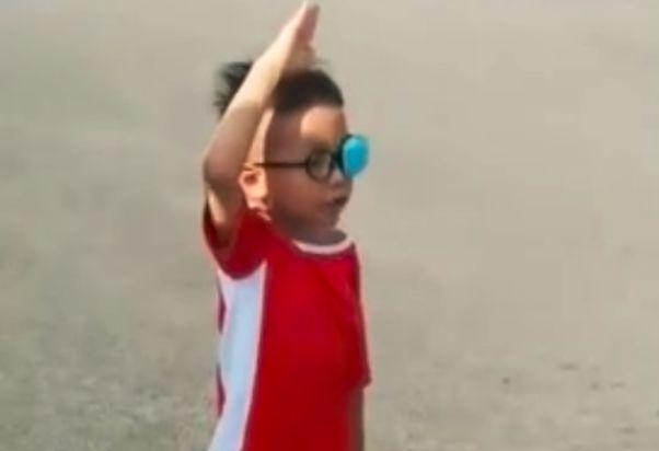 当国歌响起,这个5岁的男孩,保持了一种姿势