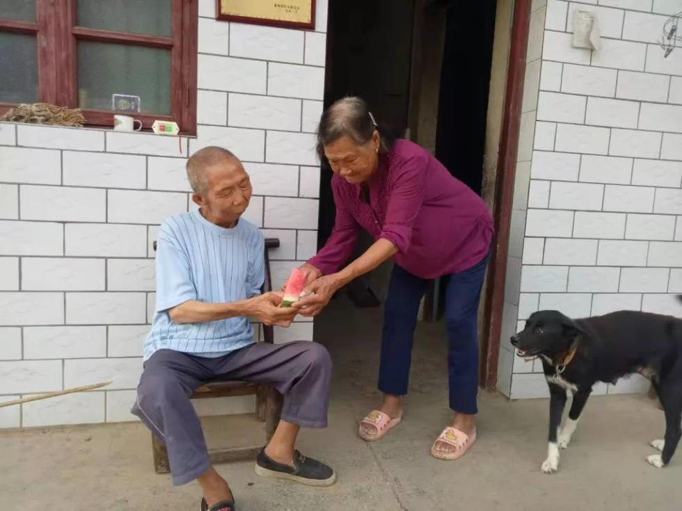 张家界83岁老人65年没出过一天远门,只为照顾非亲非故的盲人弟弟
