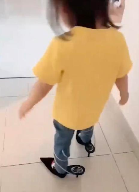 方媛晒女儿穿高跟鞋视频 C宝小脚丫超萌